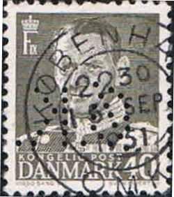 Kbh. 2) Perfinbilledet Ø 7.1, er det næste perfinbillede ØK tog i brug til perforering af deres frimærker, perioden 09. 1928 – 02. 1976, og kendes brugt på Afa-Nr. 169 til og med Afa-Nr. 414. Kendes også perforeret på stempelmærker. Perfinbilledet er vist som det er perforereret i forhold til retvendt frimærke. Fra frimærkets for-side. Stilling 5.