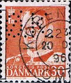 Kbh. 3) Perfinbilledet Ø 7.2, er det sidste perfinbillede ØK har taget i brug til perforering af deres frimærker, perioden 06. 1956 – 01. 1985, og kendes brugt på Afa-Nr. 248B til og med Afa-Nr. 622. Perfinbilledet er vist som det er perforereret i forhold til retvendt frimærke. Fra frimærkets forside. Stilling 1.
