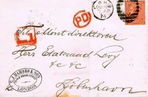 """Et forholdsvis tidligt perfinbrev påsat 4d Victoria teglrød Afa-Nr. 24, 1865 perforeret med perfinbilledet """"C.I.H. og S"""" på late fee brev fra firmaet C. J. Hambro & Son i London afsendt den 7. 4. 1874 til møntdirektør Herr. Etatsråd Levy, Kjøbenhavn, Danmark. Rødt Late Fee stempel """"L 1"""" ekstra gebyr for sen indlevering. Endvidere PD stemplet (øverst til venstre for stempel) anvendt på breve for at meddele modtageren i udlandet, at portoen er betalt hele vejen til modtageren. (P.D. Fransk forkortelse for """"Payé au destinataire"""")"""