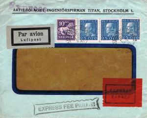 Til gengæld fortæller rudekuverten en hel del: Den fortæller, at den er påsat 4 stk. frimærker fra 1925-26. Tonet plade. Takket 10 lodret. Uden vandmærker. Frimærket: 1 stk. Afa-Nr. 190, 10 øre lilla type 1…U, og frimærkerne 3 stk. Afa-Nr. 193, 25 øre mørkblå … Y.