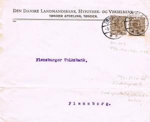 Perfinkuvert fra Den Danske Landmandsbank, Hypothek- og Vekselbank, Tønder Afdeling, påsat 2 gange Afa-Nr. 125, 20 øre brun, begge perforeret med perfinbillede LB L 9.5. Kuverten er afstemplet med dagstempel BRO IIb-2, brugsperiode 27.07. 1920 – 20.08. 1927, og afsendt fra Tønder den 3. november 1922, som det fremgår med destination Flensburger Volksbank. Desværre ingen ankomststempel på bagsiden af kuverten. Takst: Udlandsporto: 1 vægtklasse 0-20gr 1.1.1921 – 1.4. 1926… 40 øre Kilder: Danske Breve 1851 – 1979 af Jørgen Gotfredsen og Jesper Haff, og Vagn Jensens: Danmarks Poststempler.